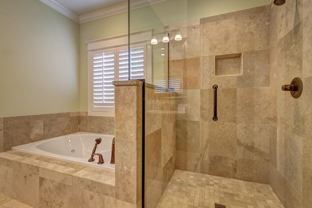 Douche ou bain le match serr des sanitaires d co en ligne - Baignoire douche avec porte pas cher ...
