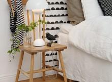 Une simple chaise utilisée comme table de chevet