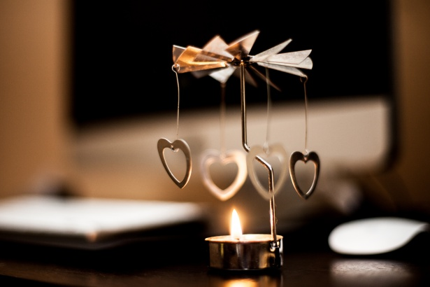 coeurs-dores-et-bougie-romantique